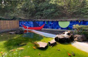 池の周りに壁画を描いた