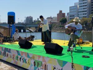 バックを川にしたブラジルカラーのステージ